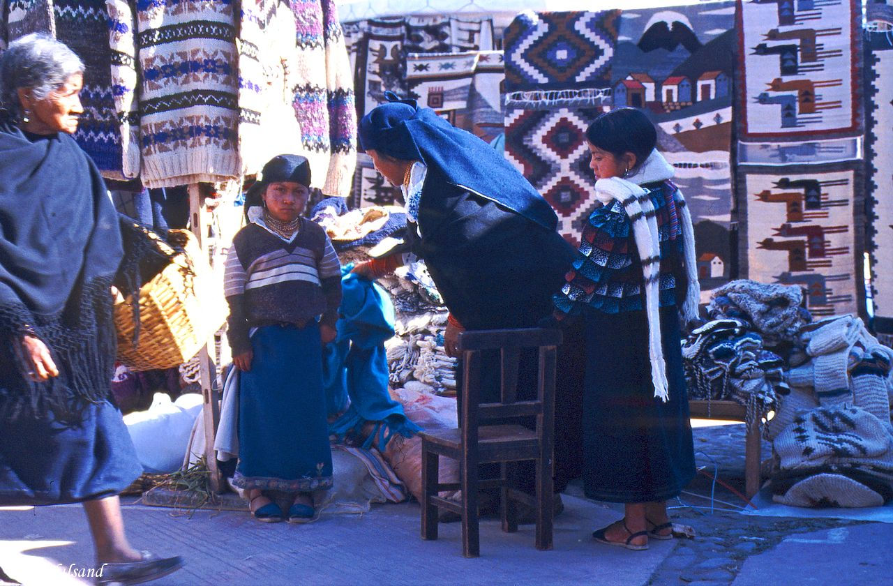 Ecuador - Otavalo - Early morning on market