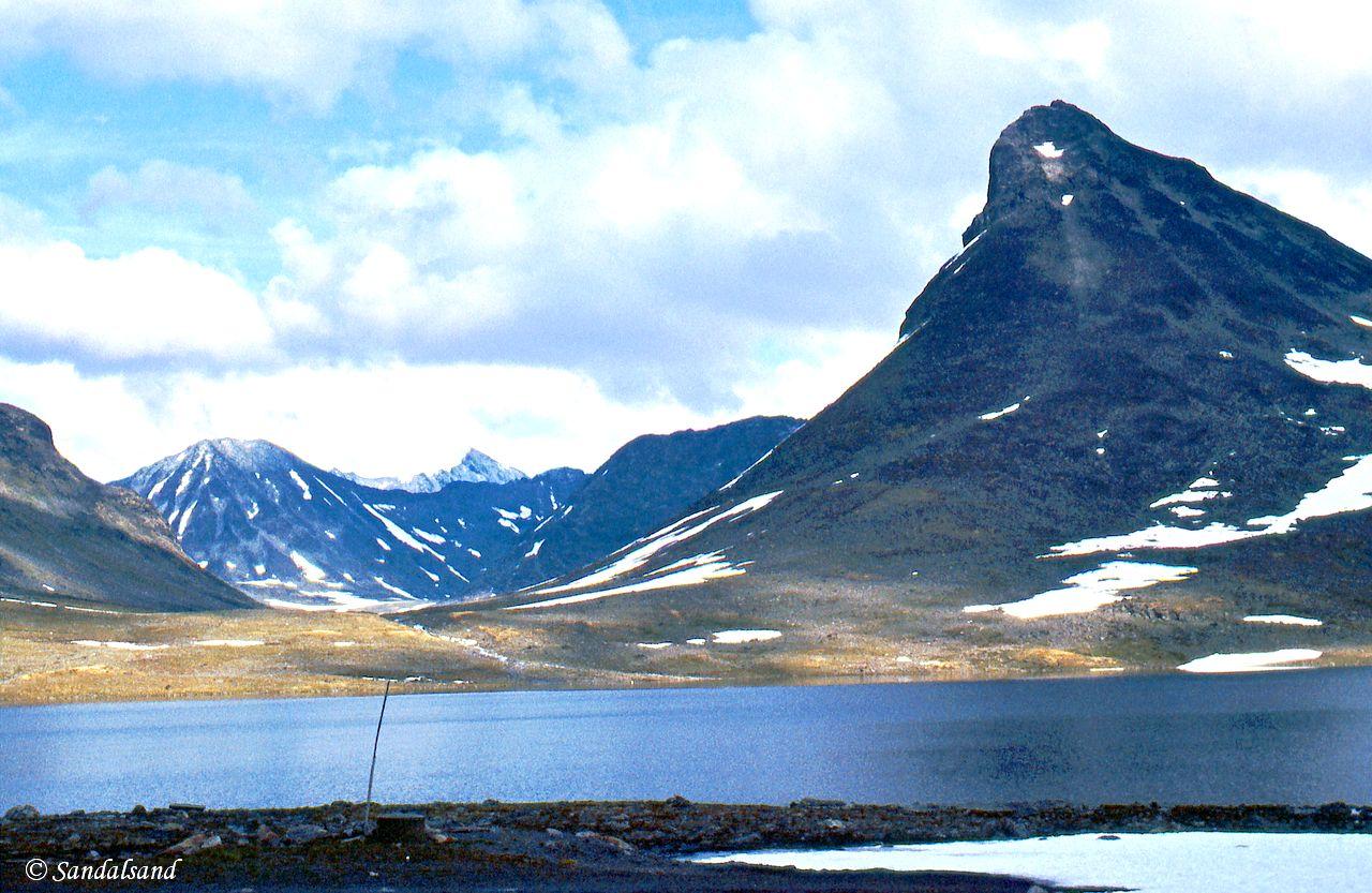 Oppland - Jotunheimen - Leirvatn med Kyrkja til høyre