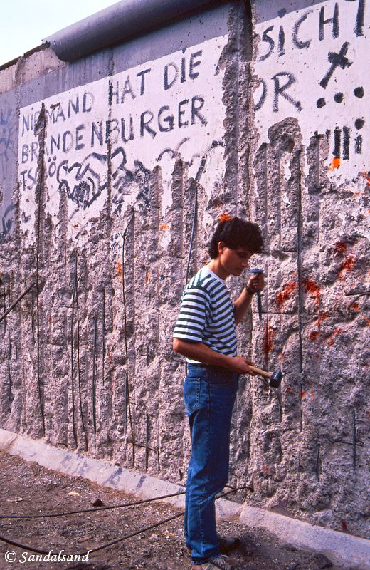 Germany - Berlin - Die Mauer - 1990 - Bård Humberset, the author of Sandalsand chopping bits off the wall